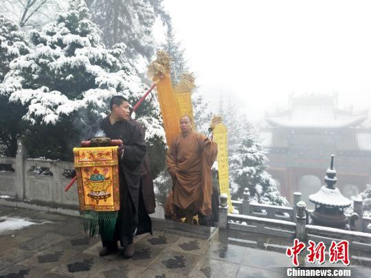图为僧人举行祈福活动。 徐振华 摄