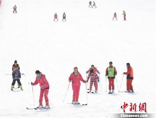 和政县开启滑雪季,滑雪人群激增。 史有东 摄