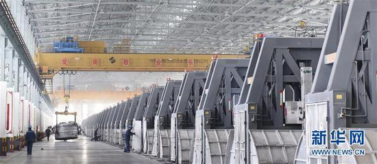 2月26日,山东魏桥铝电有限公司工人在600kA铝电解槽车间调运铝水。