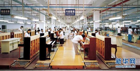 这是珠江钢琴集团的立式钢琴装配生产线(资料照片)。新华社发