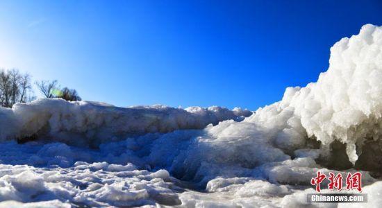 冬日阳光照射下,晶莹幽蓝的冰河、冰瀑如梦似幻。
