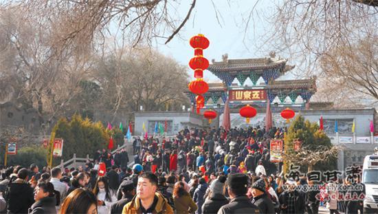 2月16日,兰州市五泉山公园游人如织,人们登山观景,欢度新春佳节。甘肃日报·每日甘肃网记者张铁梁