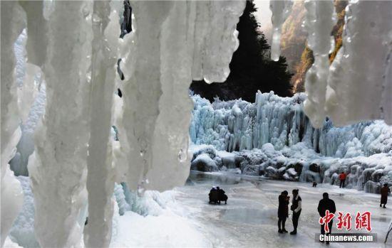 壮观的冰挂景观引游人驻足。史有东摄