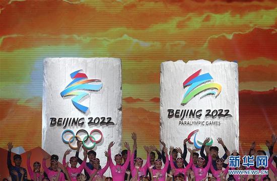 """这是2017年12月15日,北京2022年冬奥会会徽""""冬梦""""和冬残奥会会徽""""飞跃""""发布现场。新华社记者 曹灿 摄"""