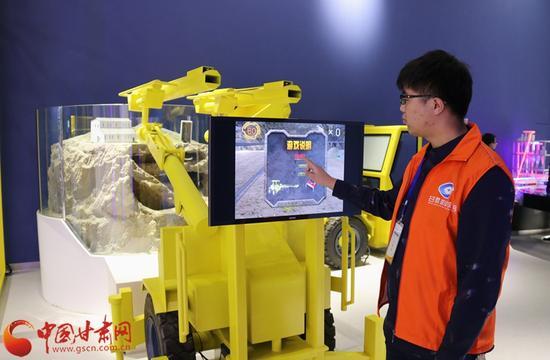 位于一层的甘肃科技展厅,工作人员正在操作示范机械游戏。