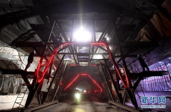 这是2017年11月10日,工人在京张高铁崇礼支线下花园区境内的祁家庄隧道作业。新华社记者 王晓 摄