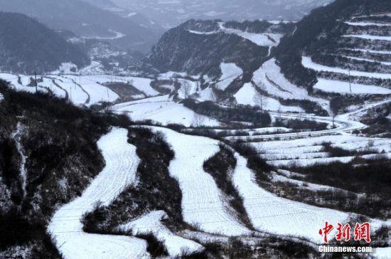 山川被白雪覆盖,层次分明。窦苗苗 摄