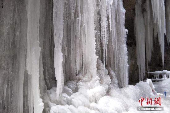 水流在山脚结冰形成冰瀑景观。