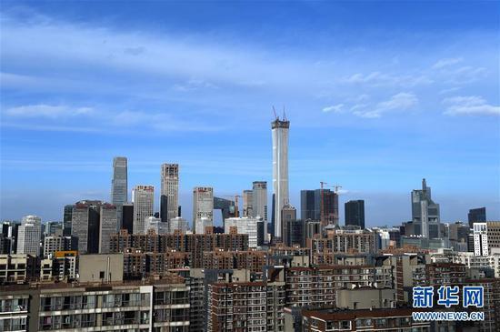 这是蓝天白云下的北京CBD(2018年1月22日摄)。