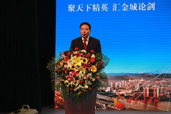 兰州大学党委副书记钟福国发表演讲