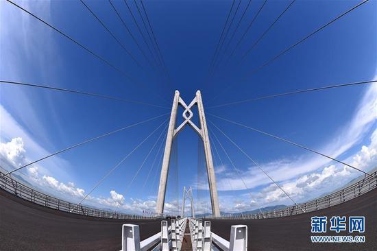 """这是港珠澳大桥上的""""中国结""""造型桥塔(7月5日摄)。"""
