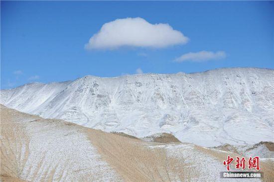 蓝天白云的映衬下,雪山层峦叠嶂,处处呈现银装素裹的高原雪景。高宏善 摄