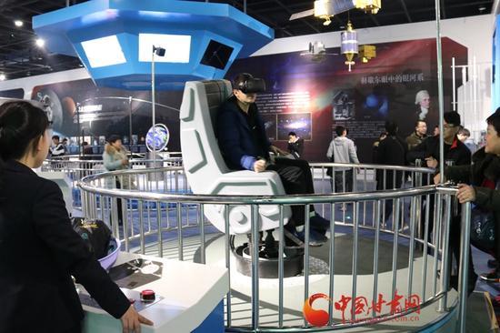 市民头戴VR眼镜体验在太空中飞行的感觉