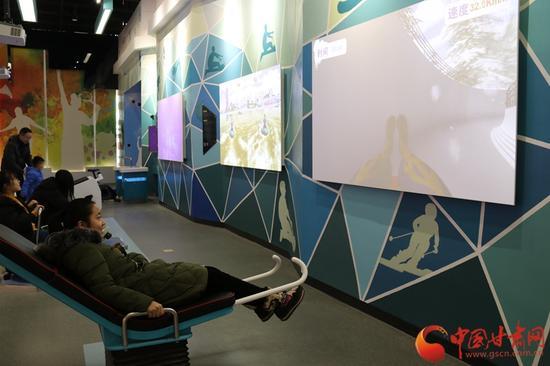 """市民在""""科技与生活""""展厅中锻炼身体、体验游戏乐趣"""