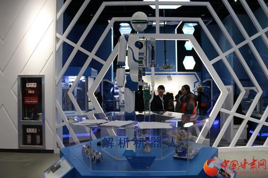 """""""启迪与探索""""展厅内的解析机器人"""