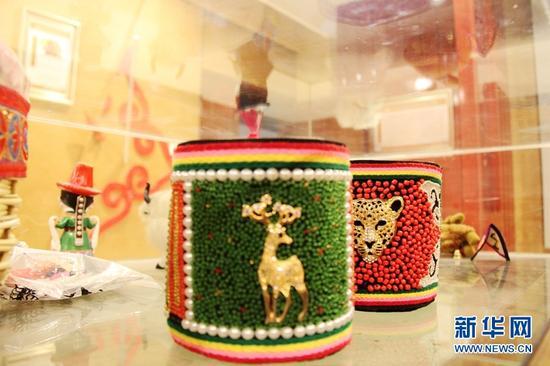 图为杨海燕家的手工作坊制作的裕固族摆饰。