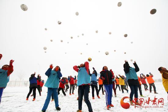 中连川小学足球专业的孩子们在雪地里集训