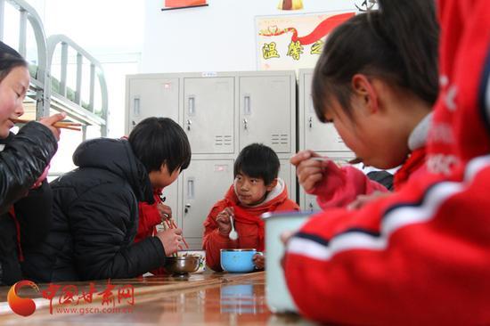 中连川小学属典型农村寄宿制小学,大部分学生都在学校寄宿。