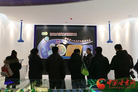 记者参观甘肃蓝天马铃薯产业发展有限公司文化