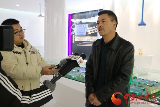 李仲接受记者采访