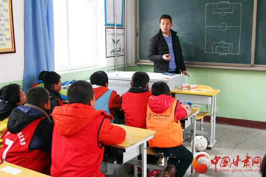 除了场上比赛,学校也聘请了专业的足球老师讲授专业足球文化课程。