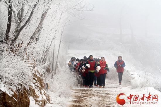 不论春夏秋冬,孩子们每天都会在附近的山路进行体力拉练。