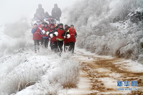 """数九寒天,迎着风雪进行体能训练的""""足球小将""""们。新华网发(丁凯 摄)"""