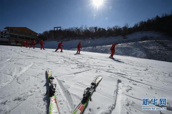 这是2016年1月17日,贵州六盘水玉舍雪山滑雪场滑雪教练王金龙(右一)和张明珠(右二)与队友一起训练。新华社记者 欧东衢 摄