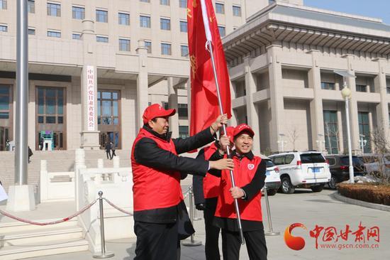 省委宣传部副部长李均为志愿服务队授旗