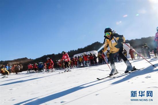 这是2015年1月18日,小运动员们在青海大通鹞子沟滑雪场体验滑雪乐趣。新华社记者 吴刚 摄