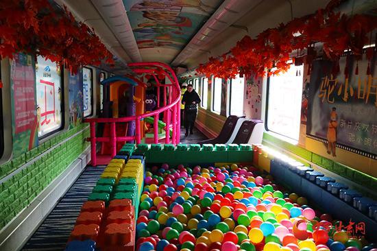 """火车上的""""儿童游乐园"""""""