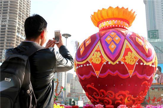 来自定西临洮县的王先生用手机拍摄灯展