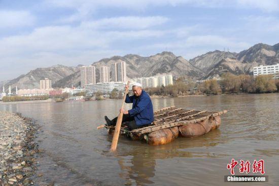 在兰州黄河段,张保德使用制作好的羊皮筏子下水。 中新社记者 杨艳敏 摄