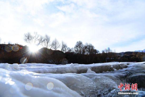 阳光下璀璨晶莹的冰瀑。武雪峰摄