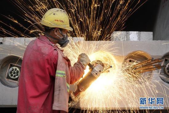 中铁十四局集团的工人在鲁南高铁山东临沂段施工(11月2日摄)。
