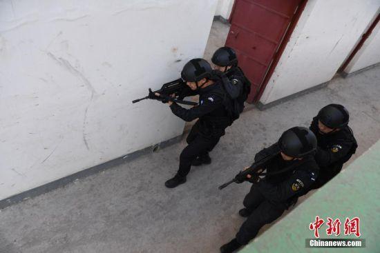 四人警组战术搜索。