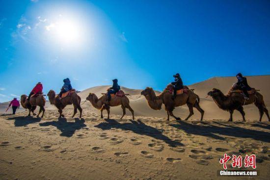 资料图。今年春节期间,丝绸之路国际旅游名城甘肃敦煌迎来旅游高潮。