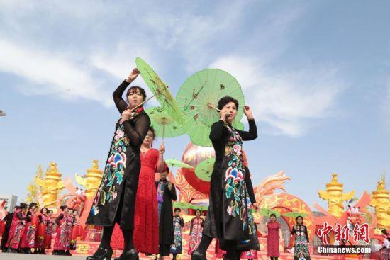 百余名女性身穿旗袍走秀。郑兵 摄