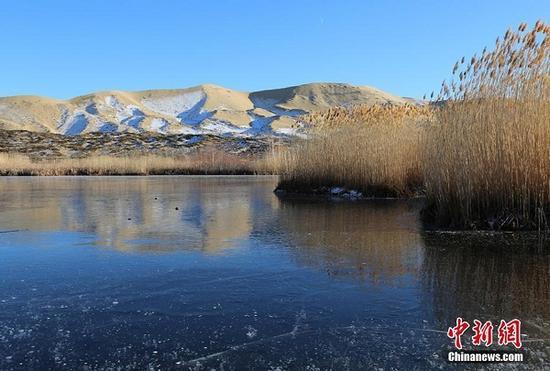 白沙湖结冰的湖面上出现裂痕。 杨东东 摄