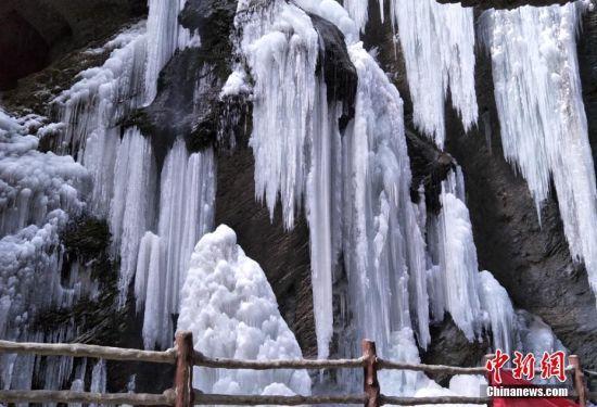 从山顶留下的水流结冰形成冰瀑奇观。