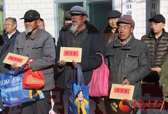 贫困户代表接受捐赠
