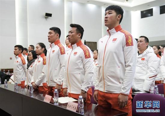 这是2018年1月31日,平昌冬奥会中国体育代表团成员在2018年平昌冬奥会中国体育代表团成立暨动员大会上唱国歌。新华社记者 鞠焕宗 摄