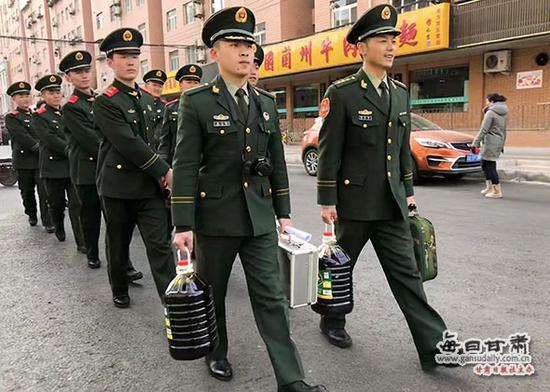 武警兰州支队执勤二大队五中队官兵走访慰问困难群众。