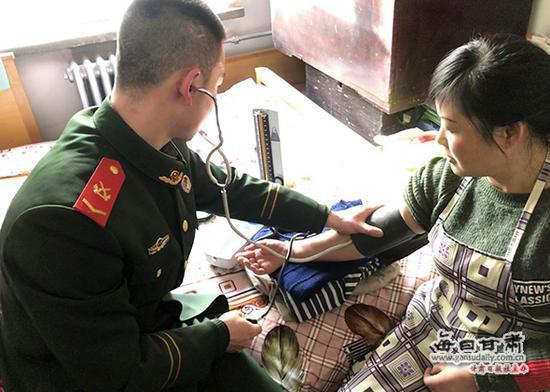 五中队官兵为困难群众检查身体健康状况。