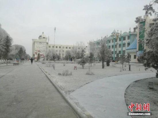 清晨的肃北县城北白雪覆盖。 乌仁花 摄