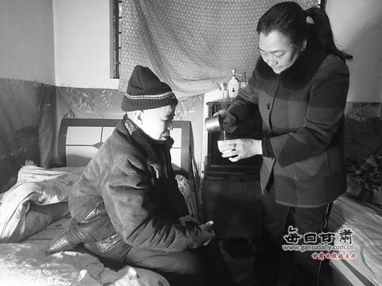 樊永为大伯哥熬茶。