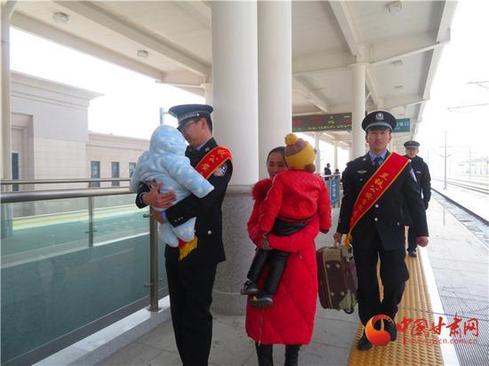 为抱小孩的乘客提供温馨服务,让回家的旅途多了温暖。(王伟琛/摄)