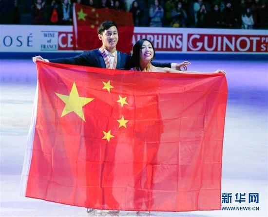 这是2017年3月30日,中国选手隋文静(右)/韩聪在芬兰赫尔辛基举行的2017年花样滑冰世锦赛双人滑颁奖仪式上。他们以232.06分的总成绩获得世锦赛双人滑冠军。新华社发(马蒂 凯宁 摄)