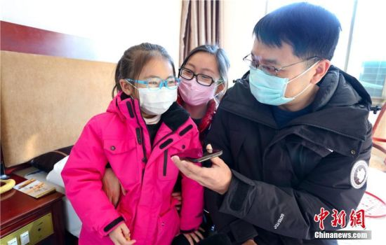 图为解除隔离期后,湖北籍游客给在武汉的亲人打电话。
