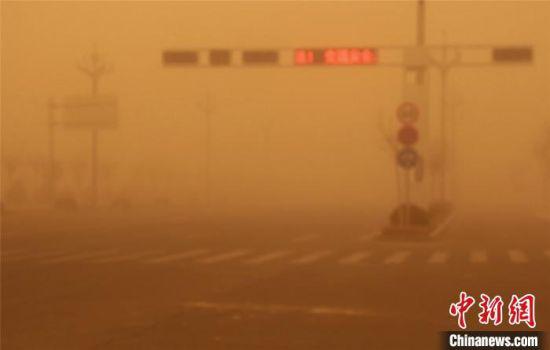 图为甘肃酒泉市遭遇沙尘天气,路面能见度低。 谭强 摄
